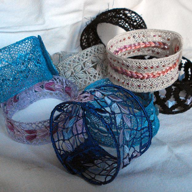 """Bracelets crées pour le livre """"Petits cadeaux en dentelle"""""""
