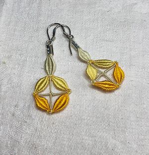 Boucles d'oreille boules en soie jaune